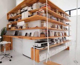 decoração moderna com prateleira de madeira Foto Pinosy