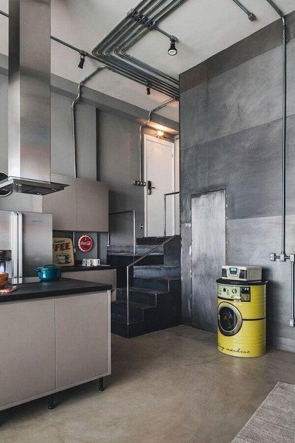decoração moderna para cozinha toda cinza com tonel decorativo Foto Tucah Campos