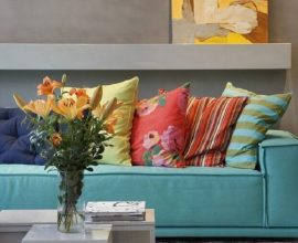 decoração moderna para sala com sofá com almofadas coloridas Foto Pinosy