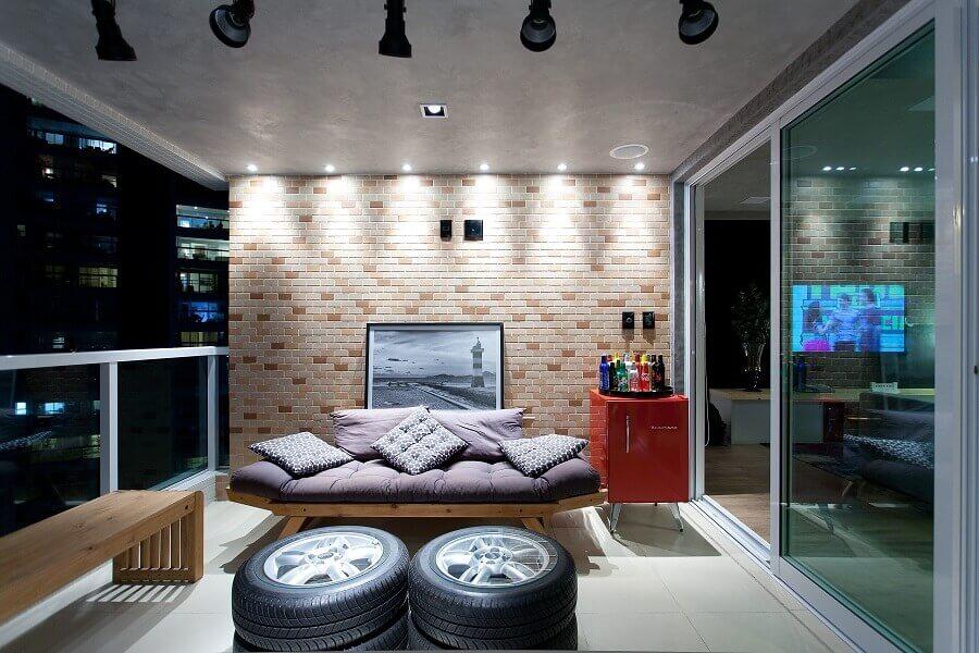 decoração moderna para varanda com pneus e banco de madeira