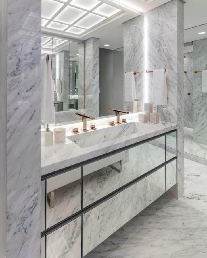 decoração para banheiro sofisticado com móveis espelhados Foto Maurício Karam Arquitetura