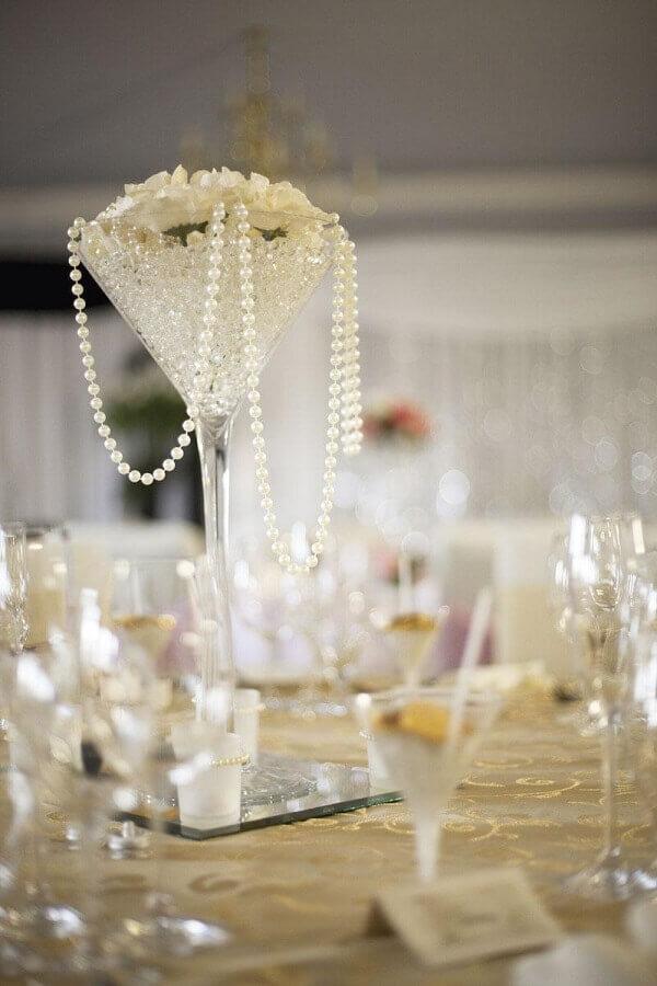 decoração para bodas de pérola com arranjo de rosas brancas e pérolas Foto Hasshe