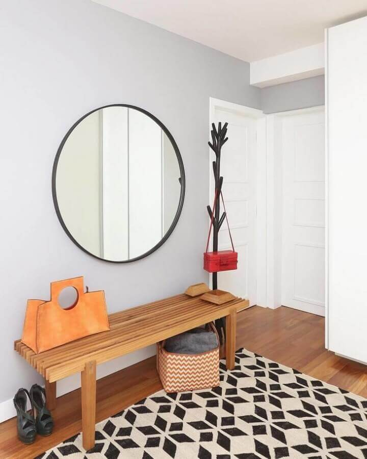 decoração para hall com cabideiro de chão e espelho redondo Foto Quattrino Arquitetura