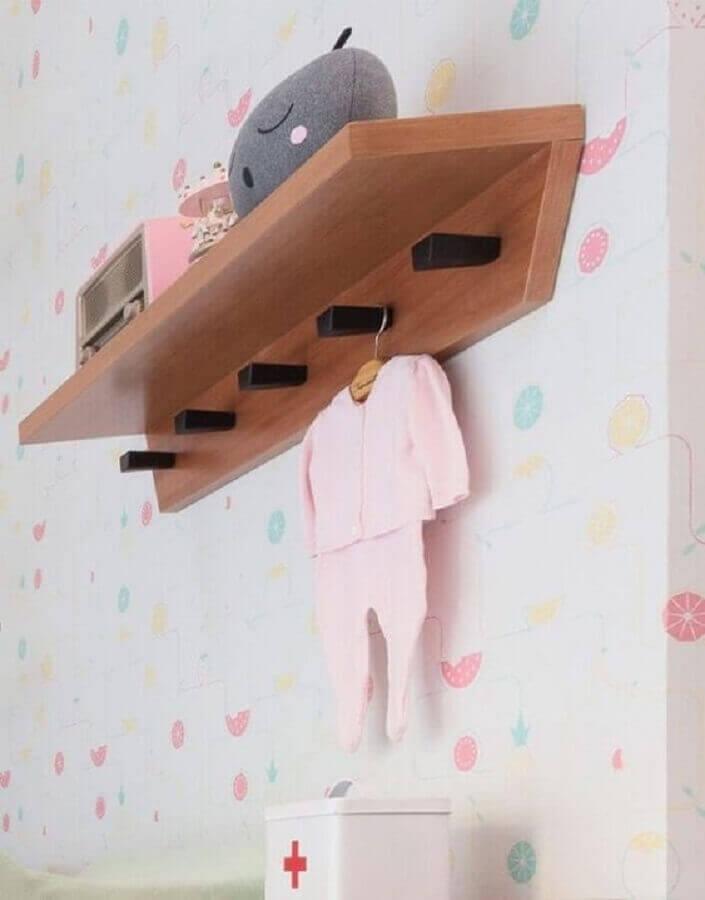 decoração para quarto de bebê com prateleira de madeira com ganchos Foto Guilherme Barbosa