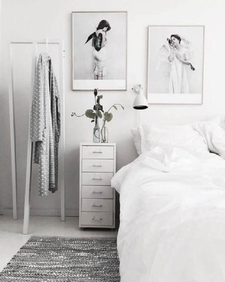 decoração para quarto todo branco com cabideiro de chão Foto We Heart It