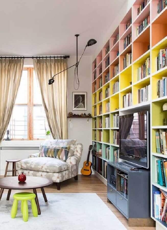 decoração para sala com estante de livros colorida Foto Pinterest