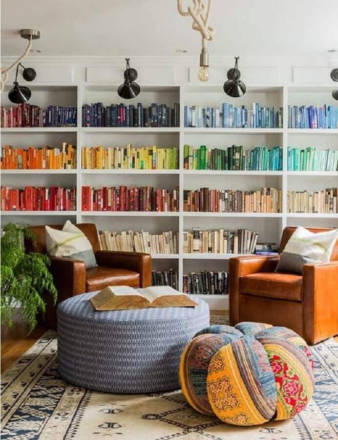 decoração para sala com poltrona de couro e estante para livros organizada por cores Foto Wood Save