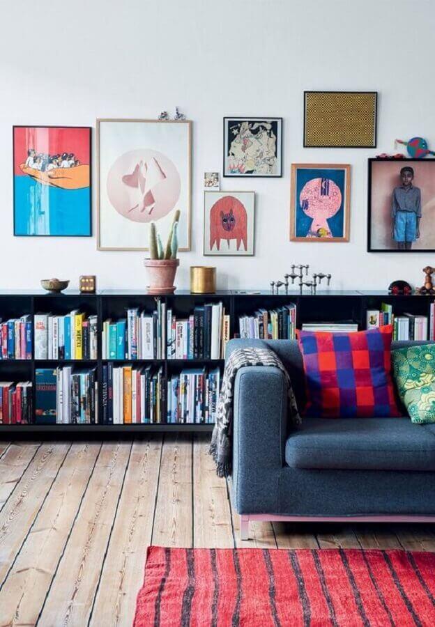 decoração para sala com vários quadros e estante pequena para livros Foto Wood Save