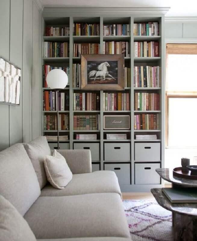 decoração para sala em tons neutros com estante de livros Foto Pinterest