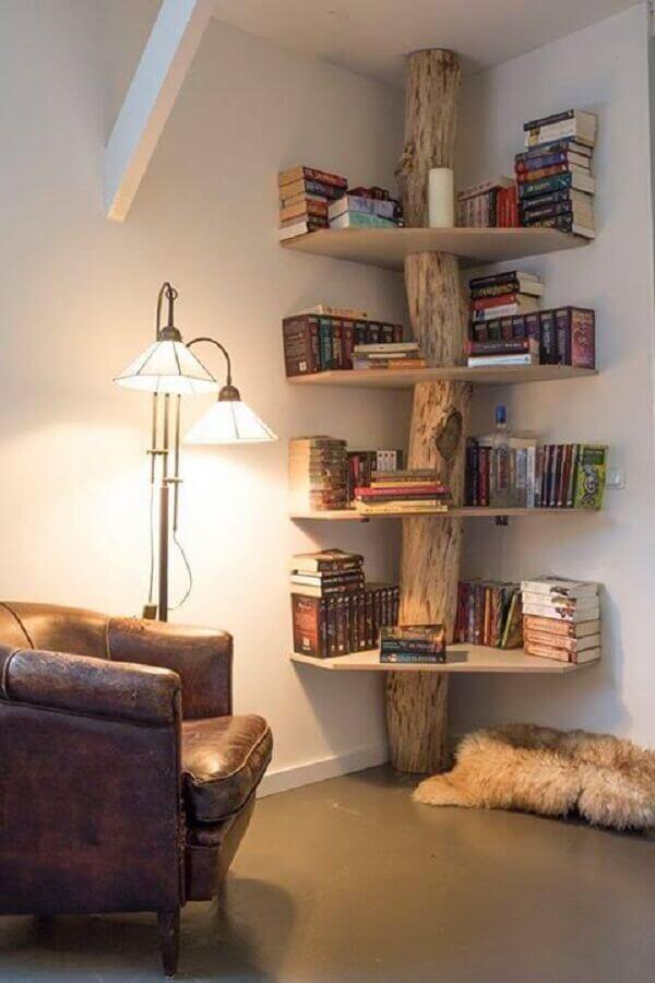 decoração rústica com estante de madeira para livros Foto Pinterest