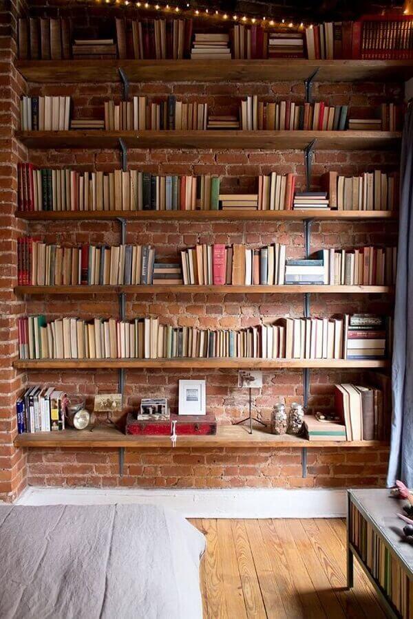 decoração rústica com prateleira de madeira para livros Foto Apartment Therapy