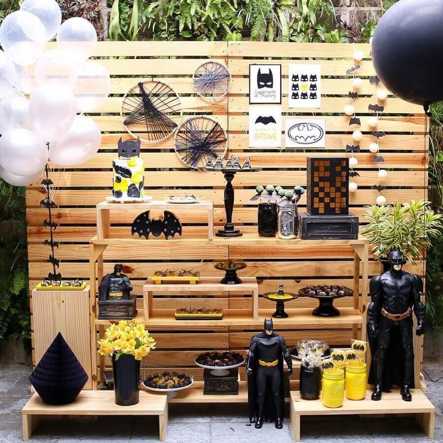 decoração rústica para festa de aniversário do batman com painel de pallet Foto Carol Atik Festas