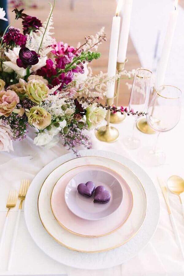 decoração romântica em tons de dourado e lilás para bodas de diamante Foto Shelterness
