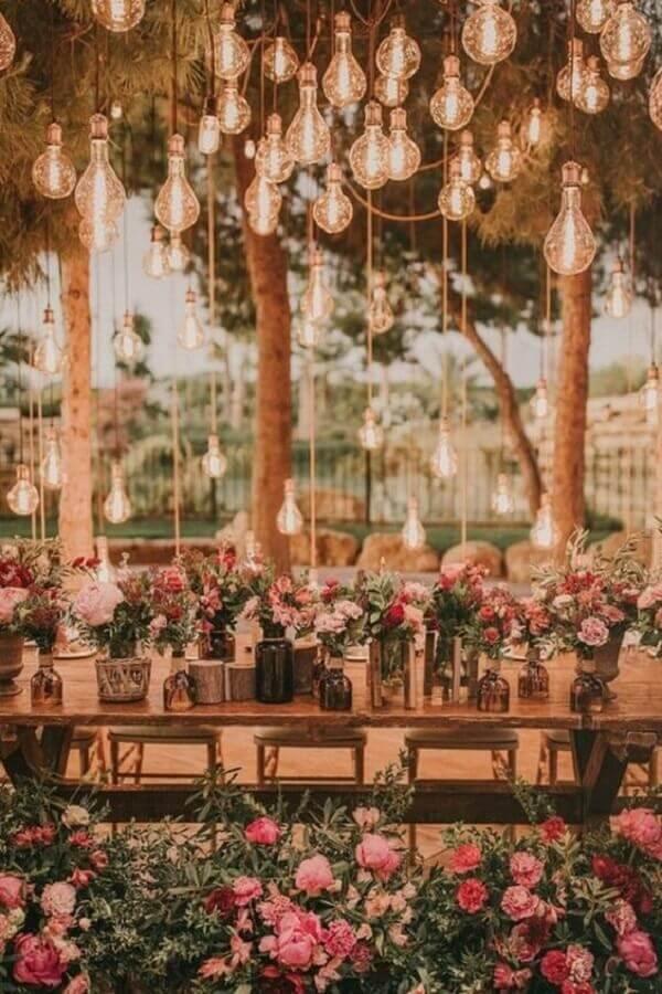 decoração romântica para bodas de casamento com muitos arranjos de flores e luzes penduradas Foto Wedding Dress & Decore Ideas