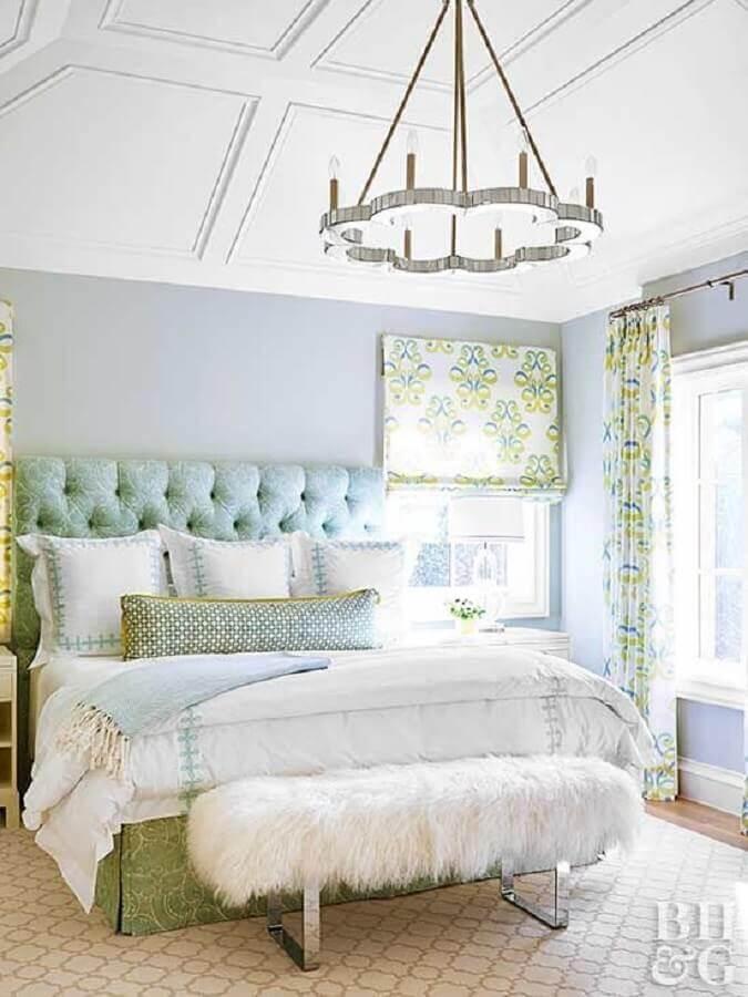 decoração romântica com lustre arrojado para quarto de casal Foto Better Homes and Gardens