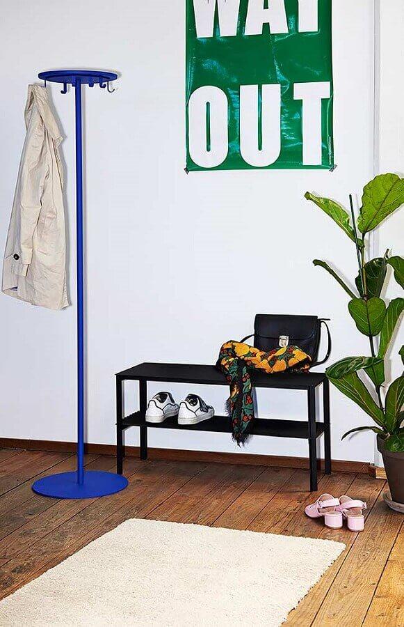 decoração simples com cabideiro de chão azul Foto Archiproducts