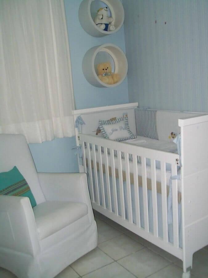 decoração simples com nicho redondo branco para quarto de bebê azul e branco Foto Kassandra Leal
