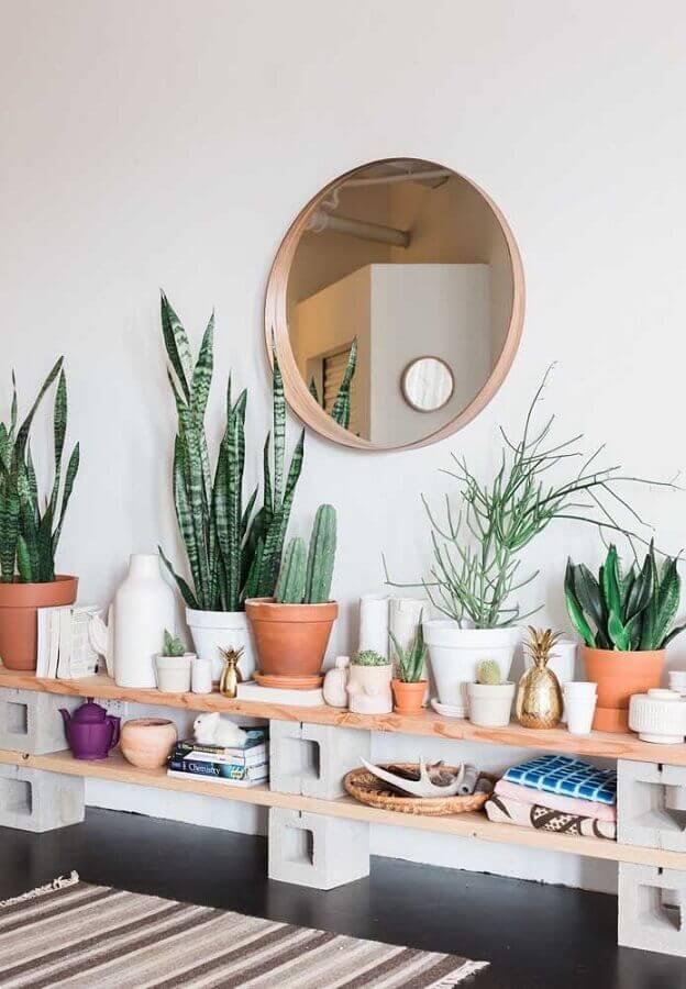 decoração simples com prateleira de madeira e vasos de plantas Foto Apartment Therapy