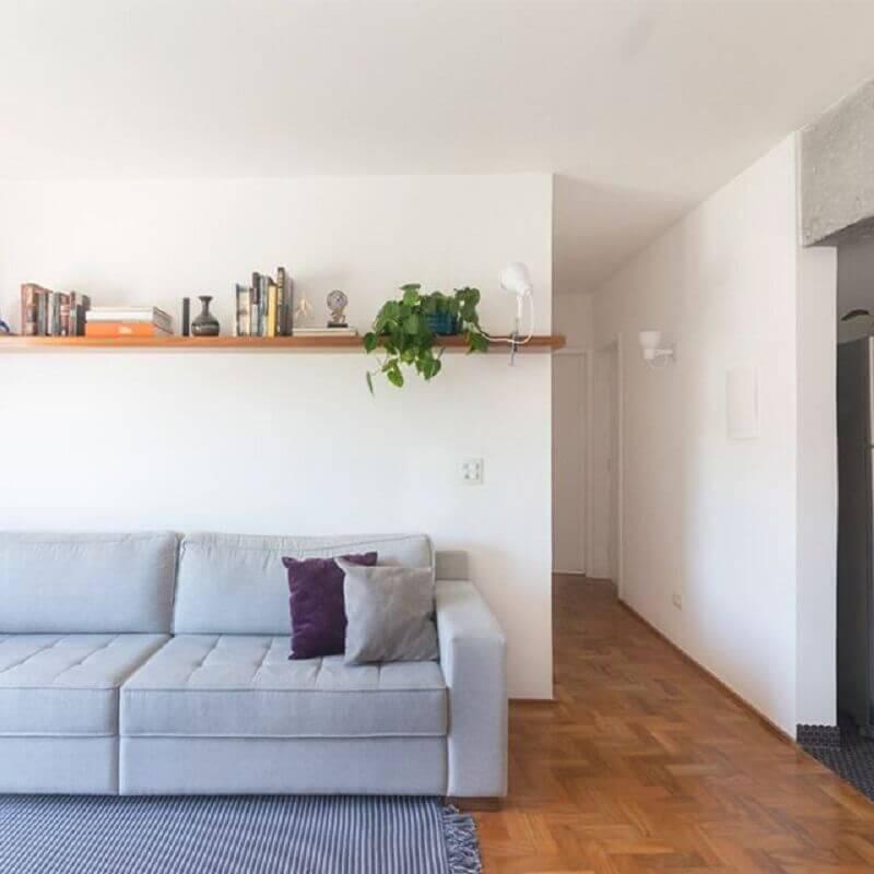 decoração simples com prateleira de madeira para sala Foto INÁ Arquitetura