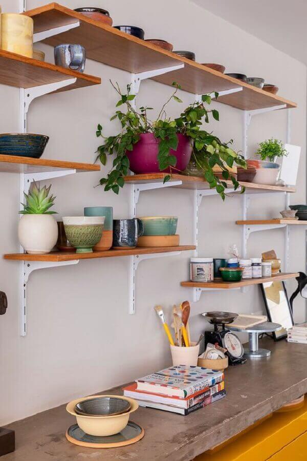 decoração simples com suporte para prateleira de madeira Foto Casa de Valentina