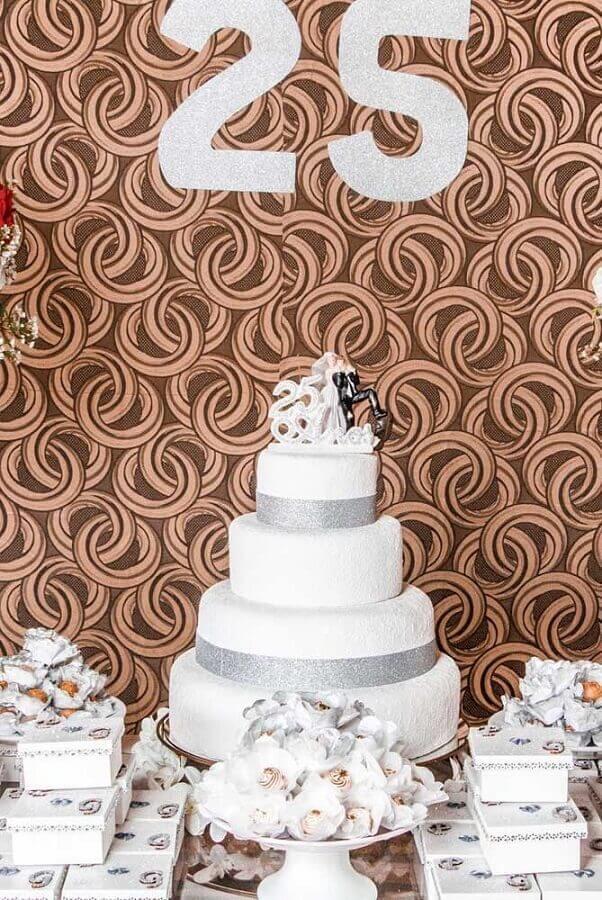 decoração simples para bodas de prata Foto Style Me Pretty