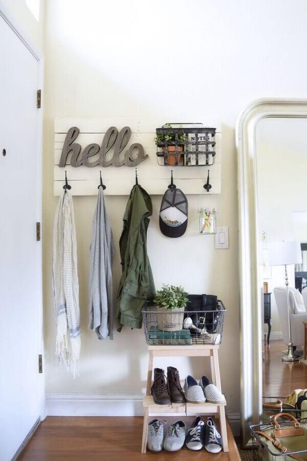 decoração simples para hall com cabideiro de madeira na parede Foto Lovequilts