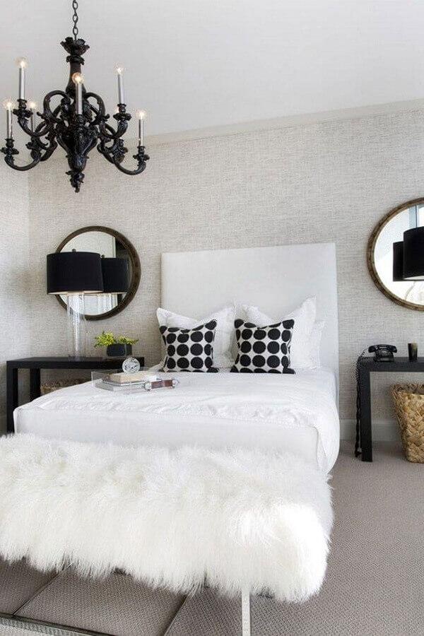 decoração sofisticada com lustre candelabro preto para quarto de casal Foto Aaron Guide