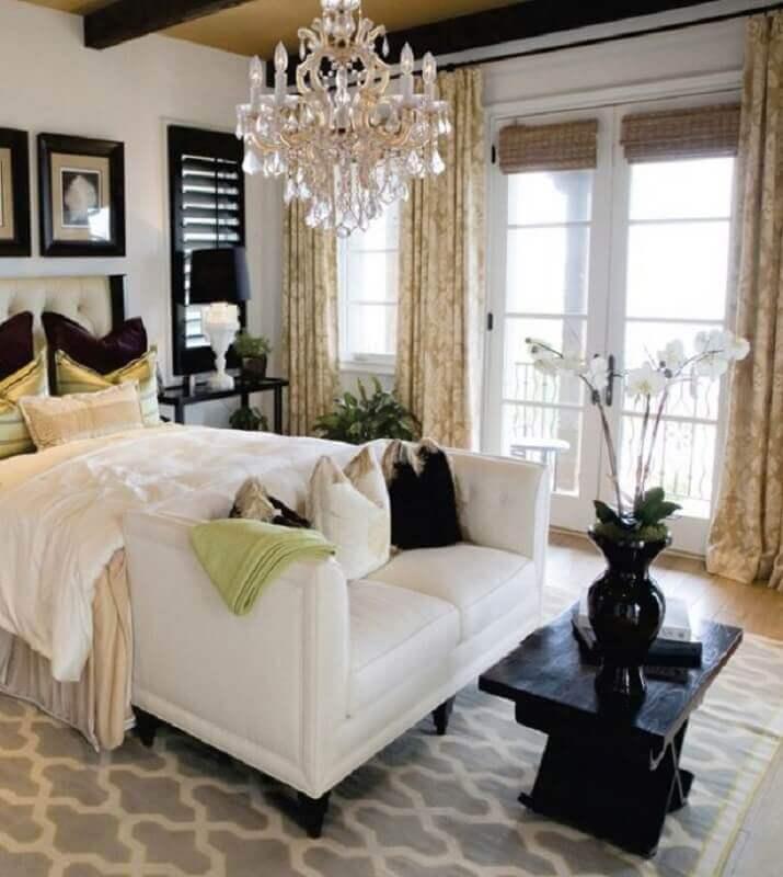 decoração sofisticada com lustre de cristal para quarto de casal Foto Desert Lighting Solutions