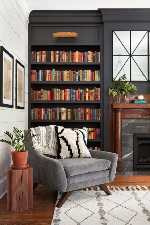 decoração sofisticada para sala planejada com estante de livros preta Foto Pinosy