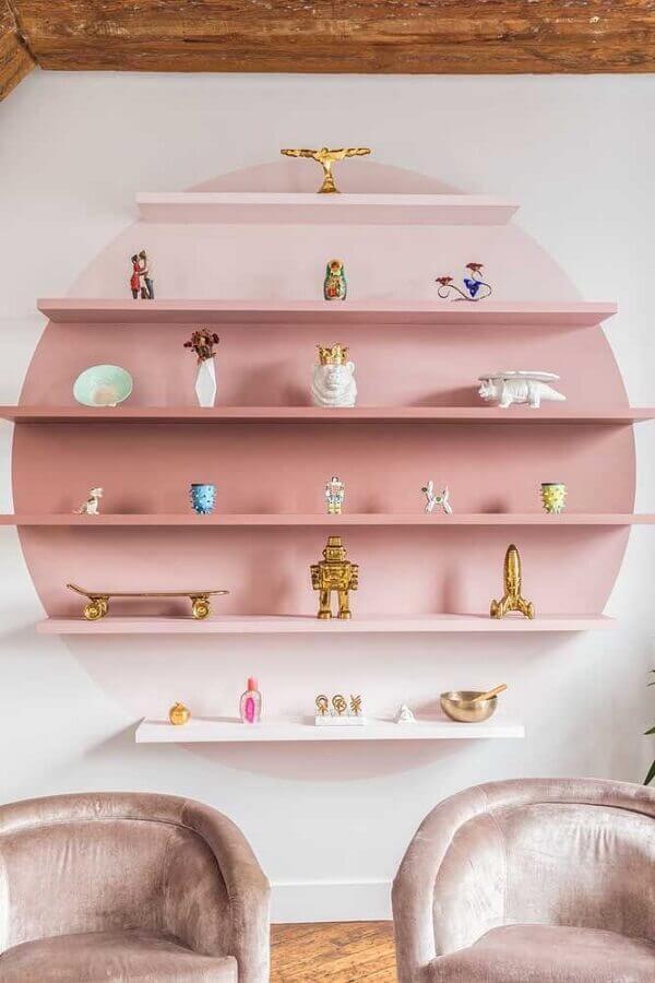 delicada decoração com prateleiras de madeira pintadas de rosa Foto Elle Decor
