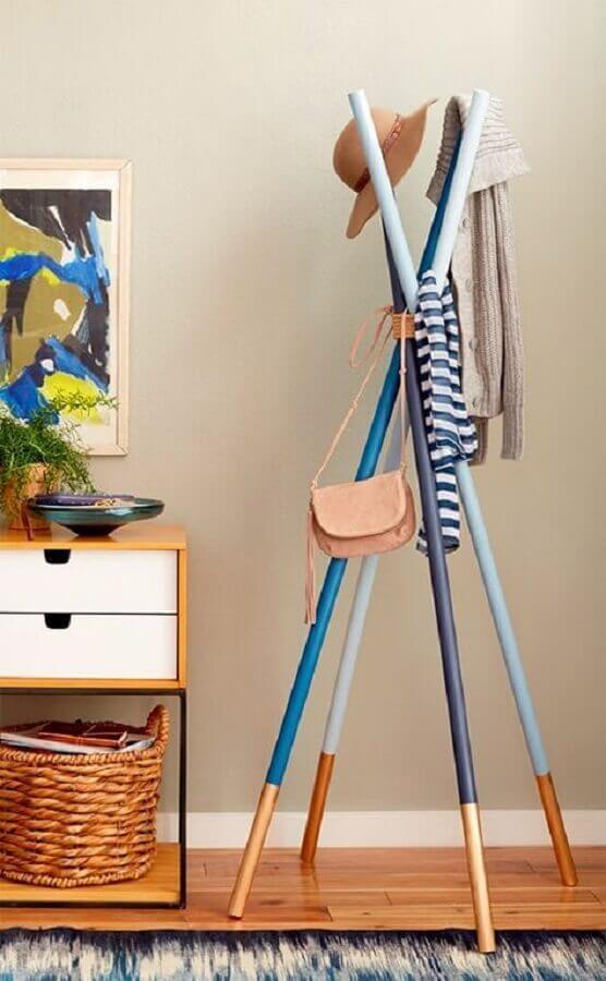 design moderno de cabideiro de madeira pintado de azul Foto YouCanFind