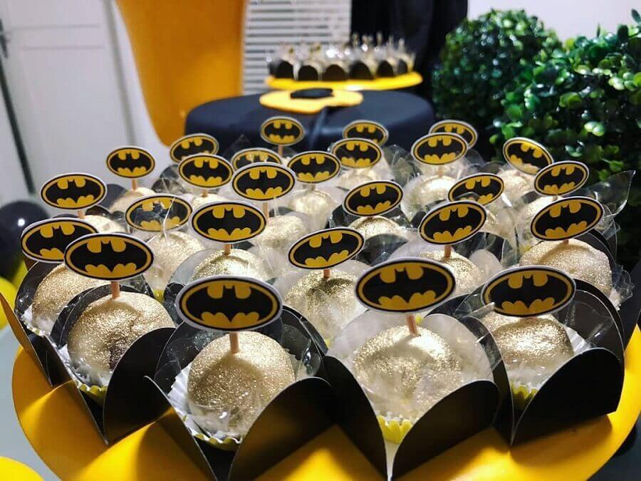 docinhos com plaquinhas para decoração de festa do batman Foto Rafaella Lucêna