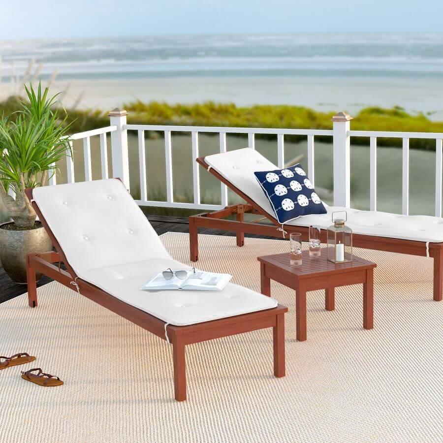 modelo de espreguiçadeira de madeira com estepado branco Foto Chaise Lounge