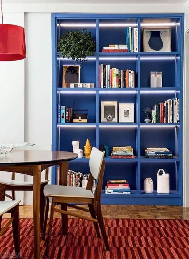 estante azul para livros com iluminação embutida Foto Dcore você