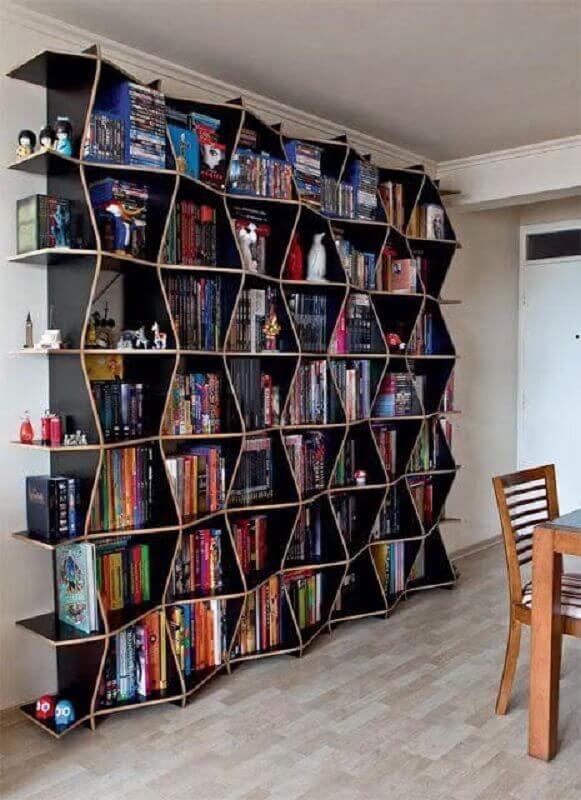 estante de livros com design diferente Foto Oficina de Arquitetura