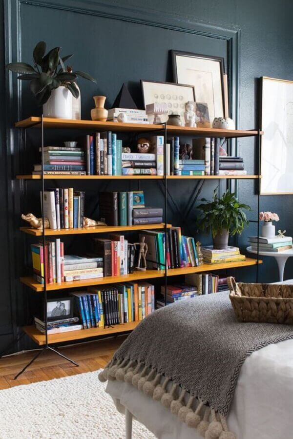 estante de livros para quarto com prateleiras de madeira e estrutura de metal Foto Cuddles & Chaos