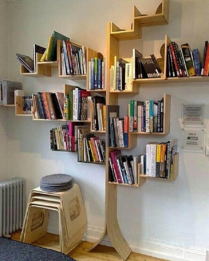 estante de madeira para livros com formato de árvore Foto Pinterest