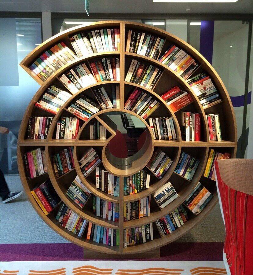 estante de madeira para livros em formato espiral Foto Corby's Orbit