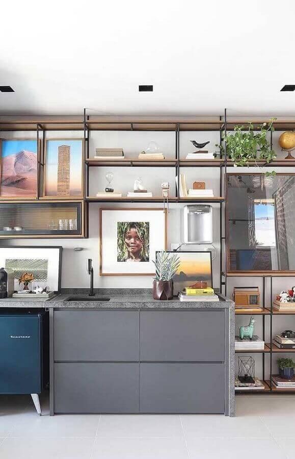 estante moderna com prateleiras de madeira Foto Apartment Therapy