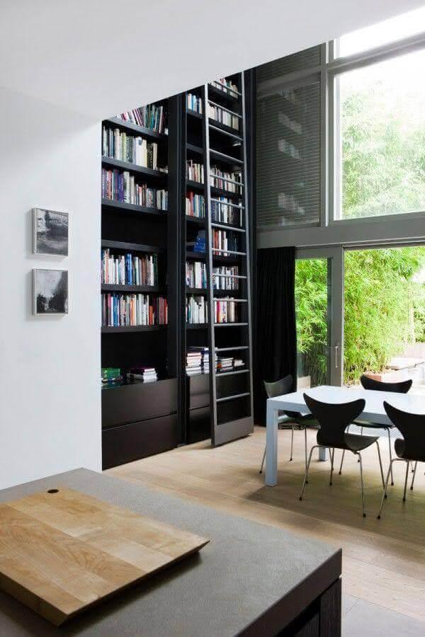 estante para livros planejada em ambiente com pé direito duplo Foto Daniela Ferrari Couture