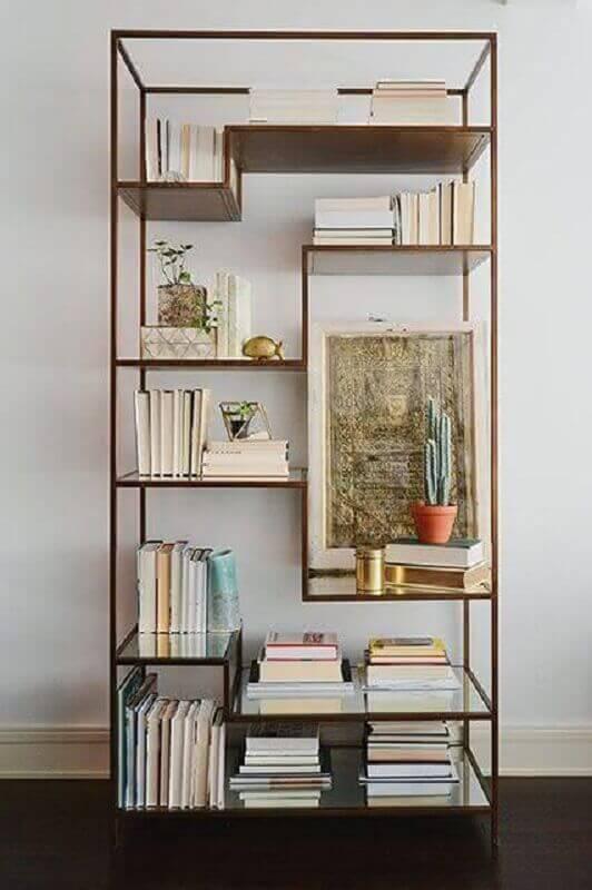 estante pequena para livros com estrutura de metal e prateleiras de vidro Foto Maison Allaert