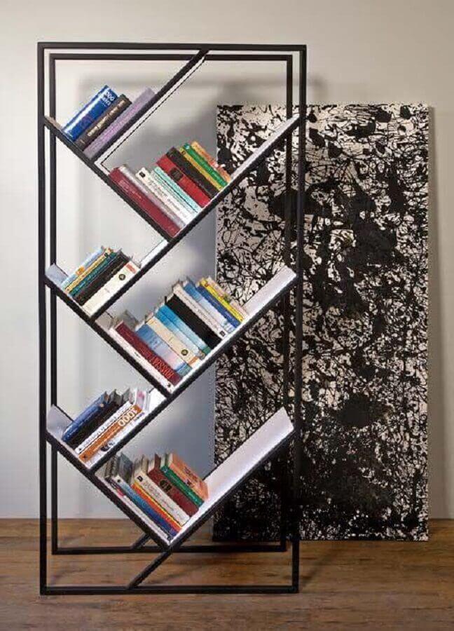 estante pequena para livros com estrutura de metal Foto Artisanal Milano
