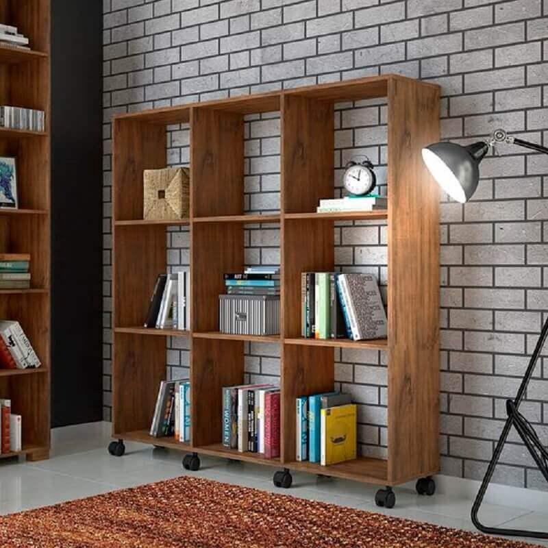 estante pequena para livros feita em madeira e com rodinhas Foto Panorama Moveis