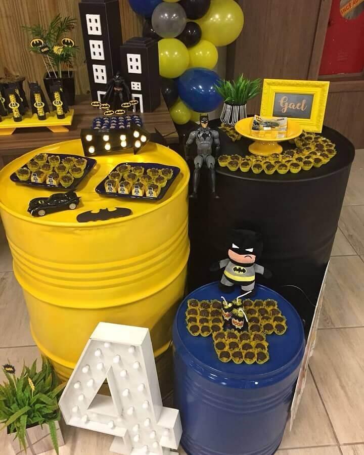 festa de aniversário do batman decorada com tonel pintado Foto Maria das Cozinha