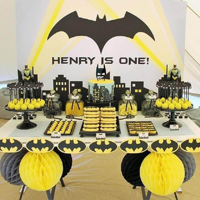 festa de aniversário do batman decorada em preto branco e amarelo Foto HappyBirthdayWorld