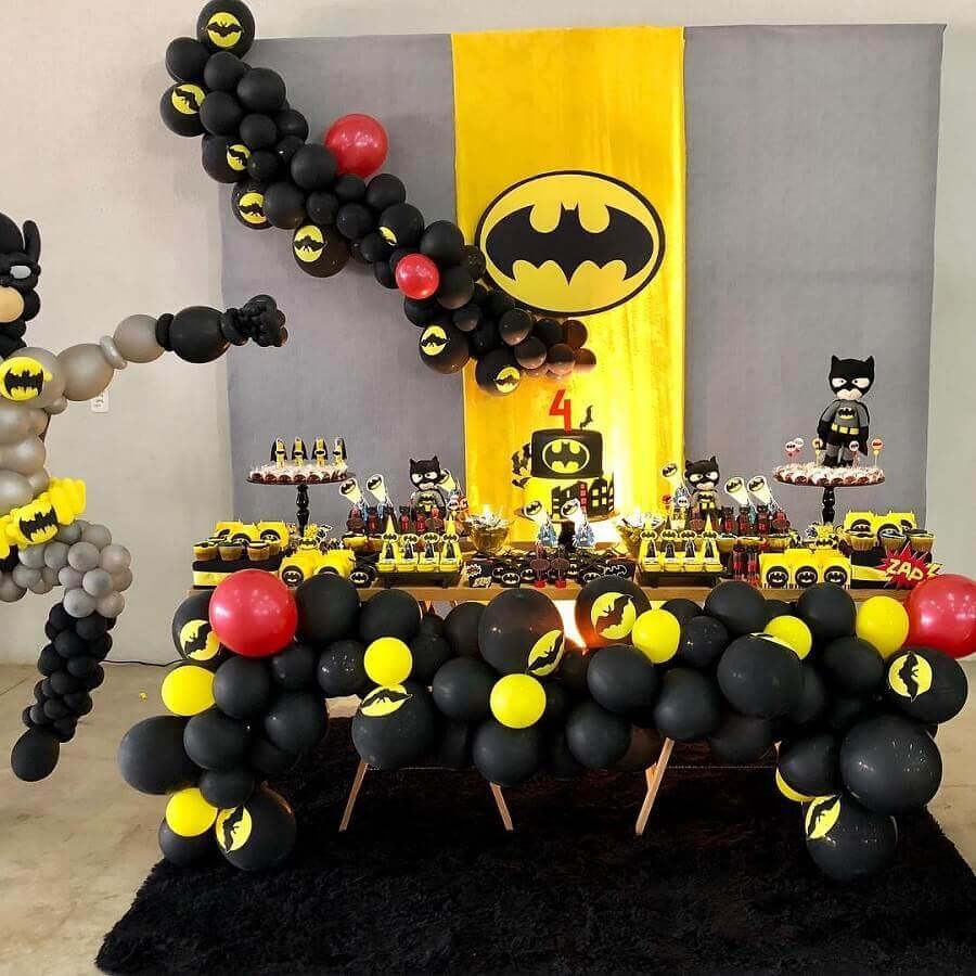 festa de aniversário do batrman decorada com vários bonequinhos e bexigas Foto Maressa Party Planner