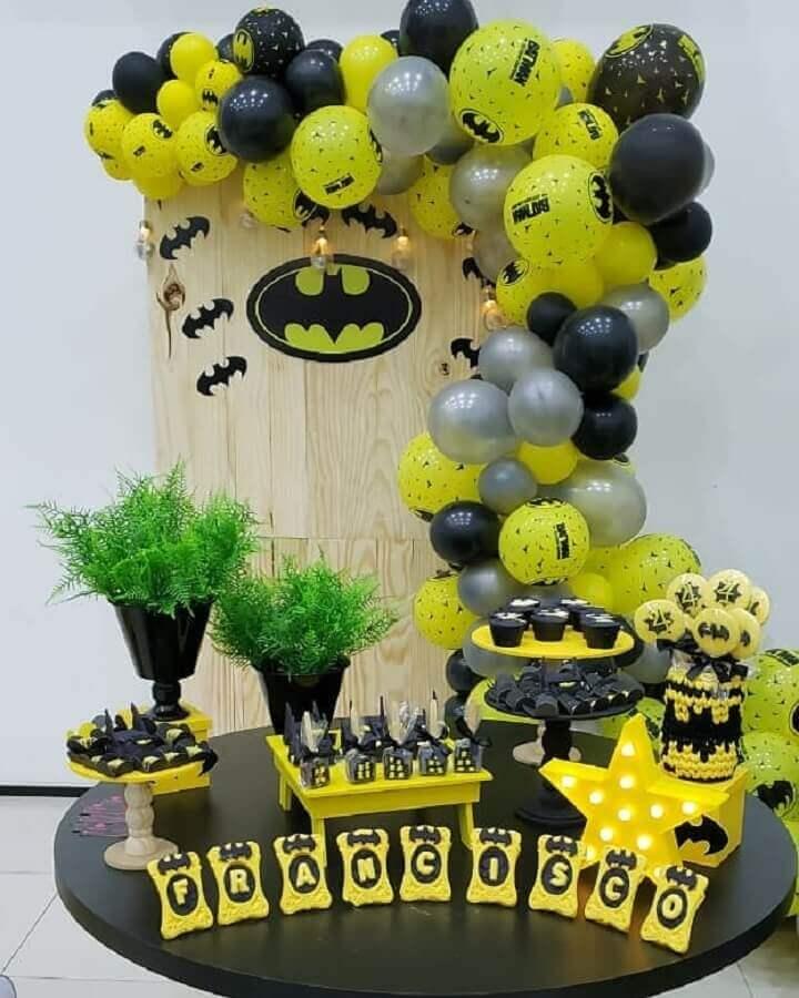 festa do batman simples decorada com balões e painel rústico Foto Darcya Valença Decorações