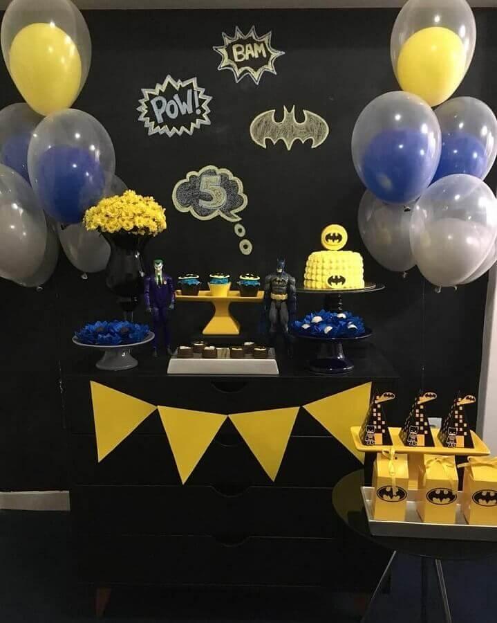festa do batman simples decorada com painel todo preto Foto Faz de Conta