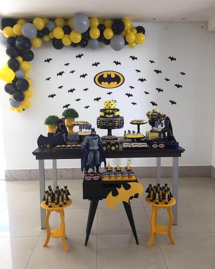 festa do batman simples decorada com vários morcegos de papel Foto Aline Alves