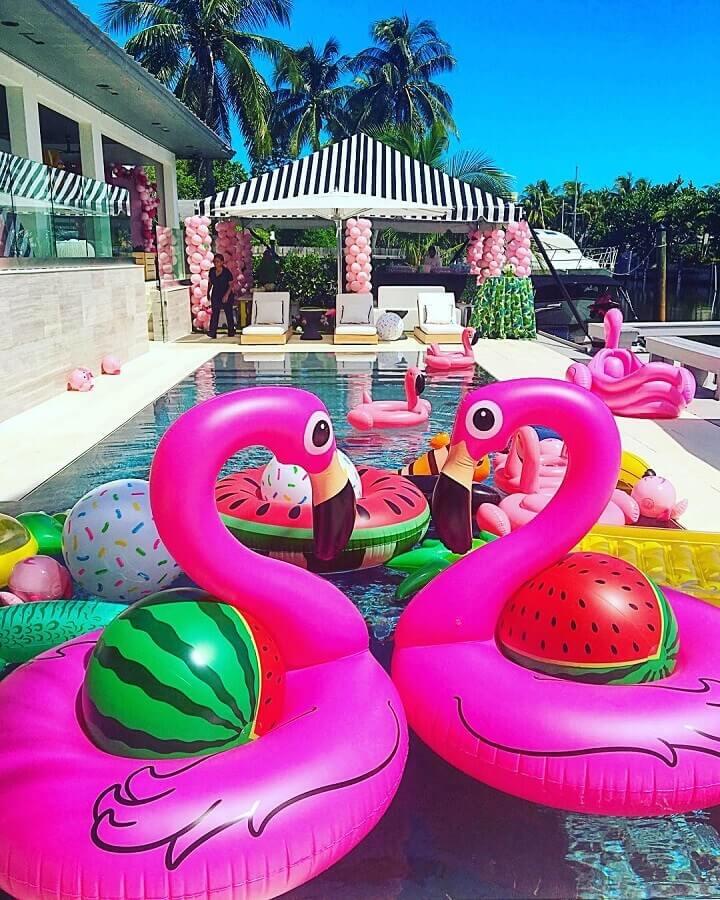 festa na piscina decorada com boias coloridas Foto CHRISTINA FIGUEROA Manso